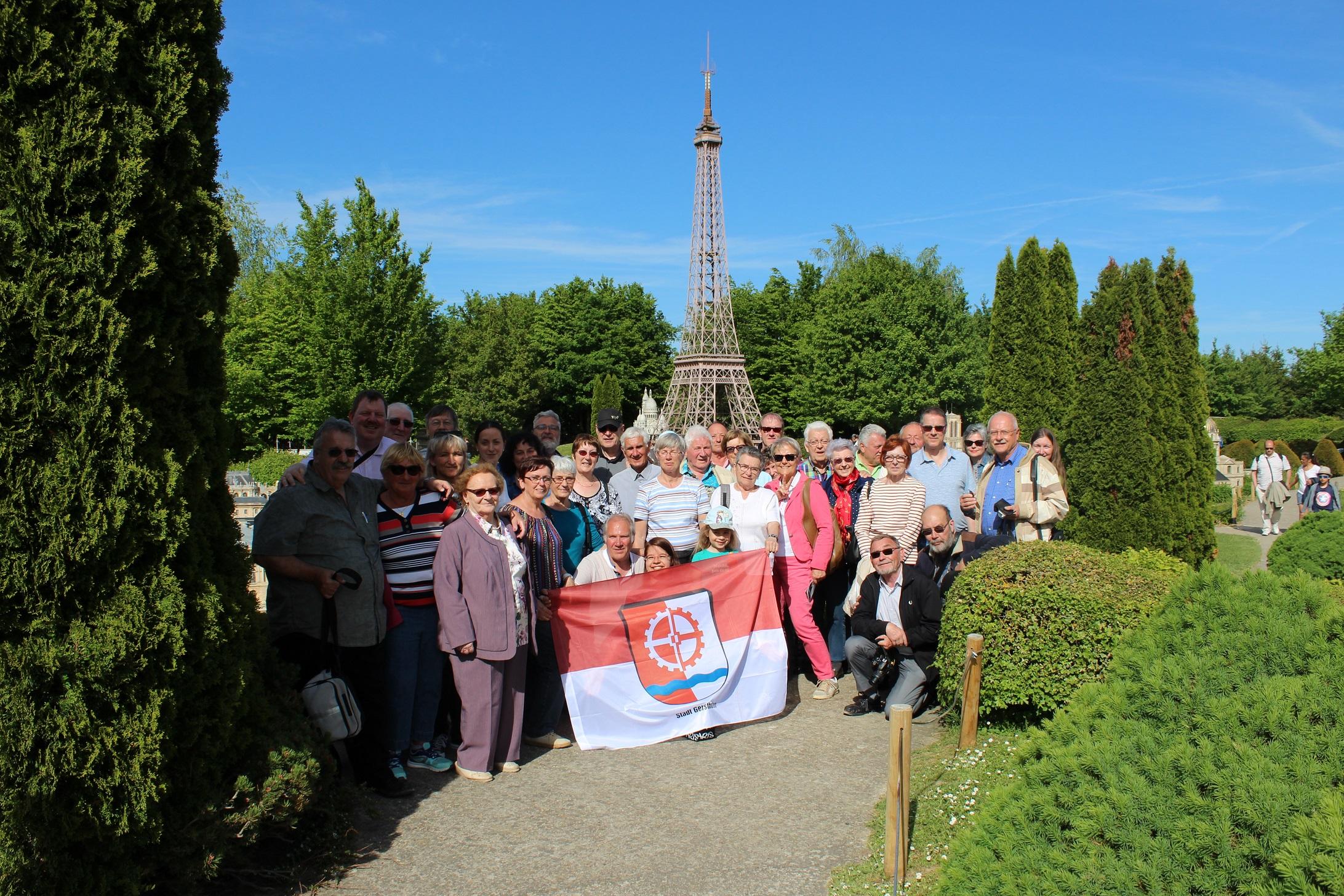 """Gruppenbild vor dem """"Eiffelturm"""""""