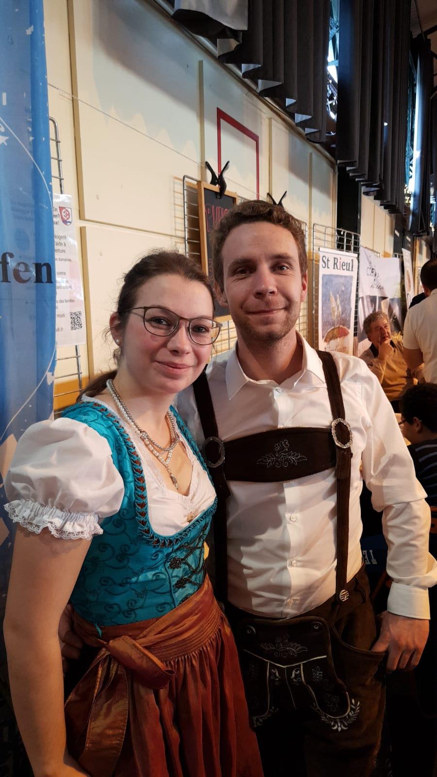 Natürlich wurden Lebkuchen & Co. in bayrischer Tracht verkauft