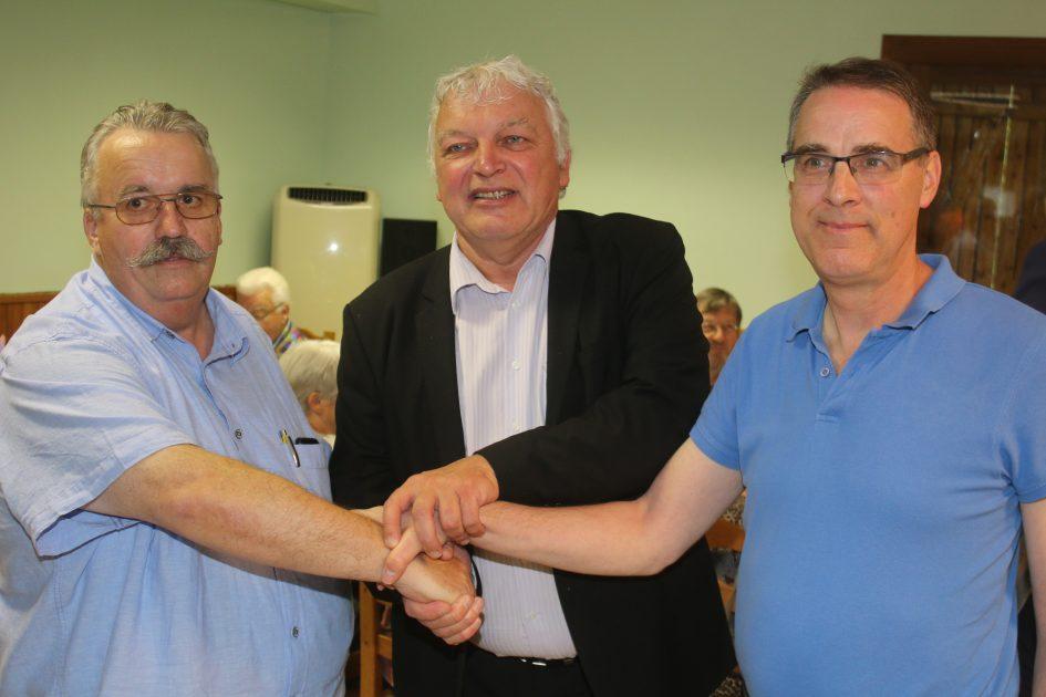 Die Vorstände der beiden Vereine mit dem Bürgermeister von Nogent.